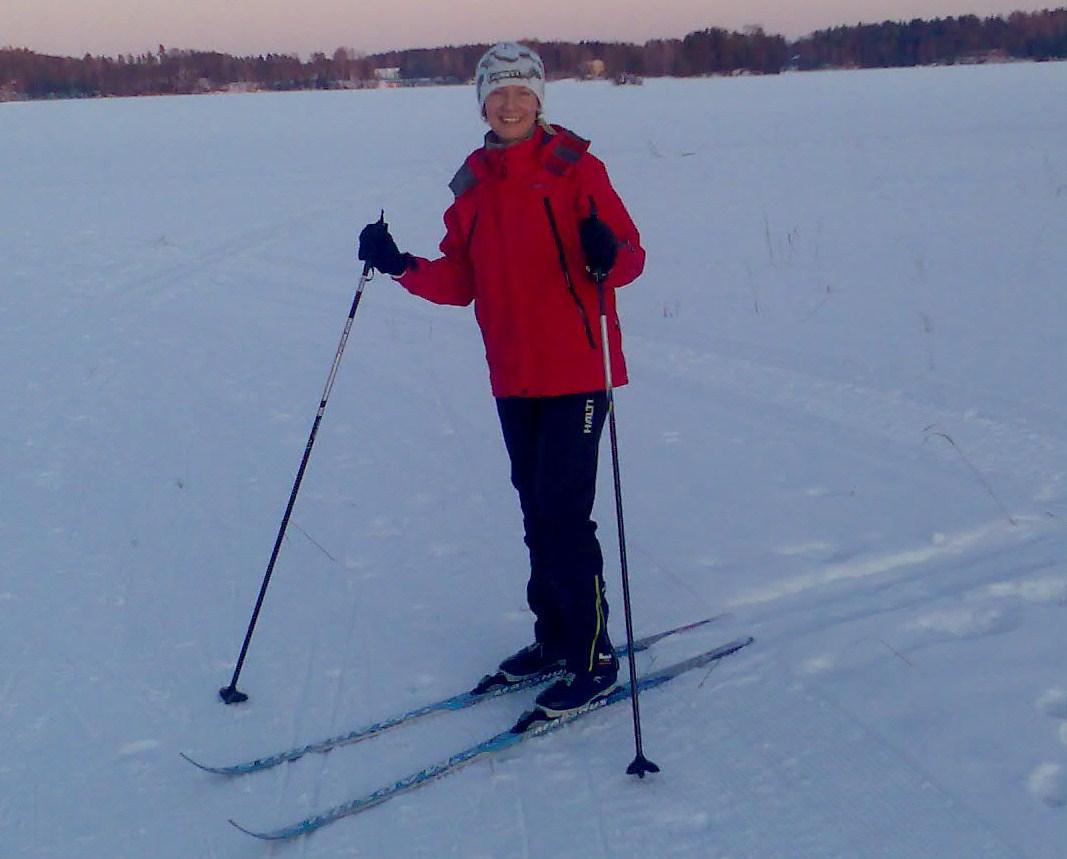 Nainen hiihtää järven jäällä