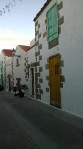 Hay buenos ejemplos de como se ha respetado la arquitectura típica de Canarisa. El alcalde de Aguimes se conoce como un tomador de decisiones humano.