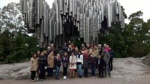 Opiskelijat opintoretkellä Sibelius-monumentillä