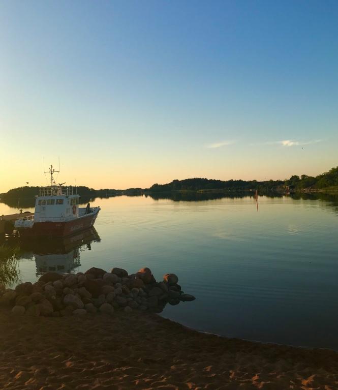 Sammutuskalustoon kuuluva vene Iniön saaren vierasvenesatamassa