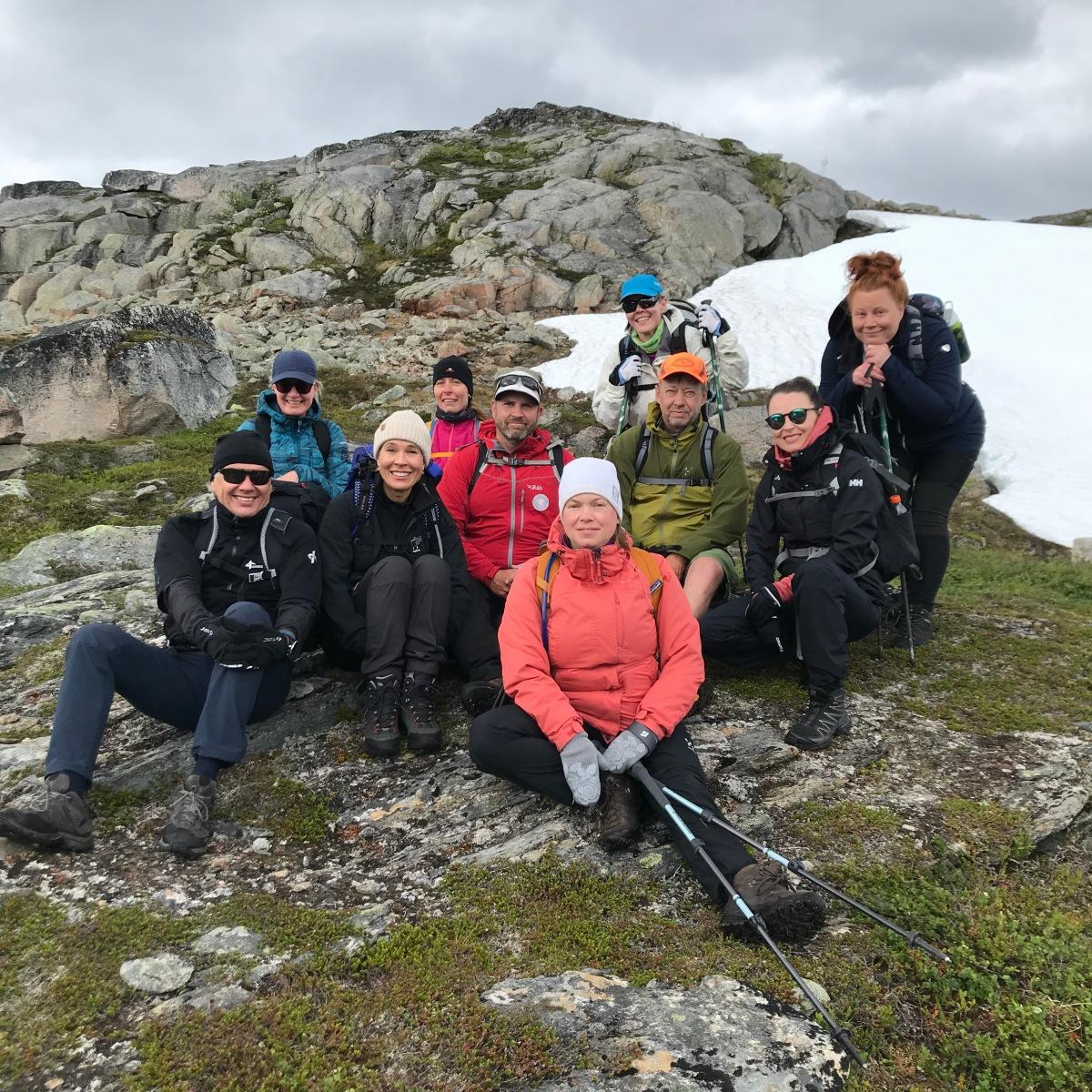 Ryhmä vaeltajia yhteiskuvassa Senjan vaellusviikon päättyessä.